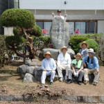 顕彰碑の周辺を綺麗に剪定していただいた興居島出身の有志の方々