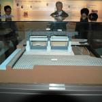 大河津分水可動堰の模型を見学する会員