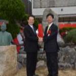 今後の交流促進に向けて 野志克仁 松山市長 鈴木 力 燕市市長 による力強い握手