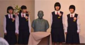 生誕地の興居島中学校生徒による銅像除幕