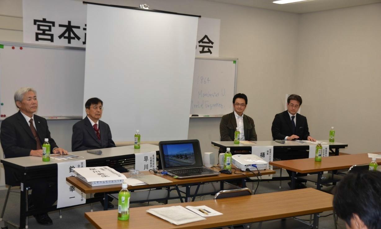 (左から)鈴木会長、早川理事長、樋口理事、冨吉主任学芸員