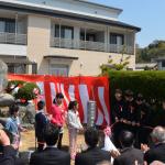 興居島小学校児童・興居島中学校生徒による生誕地碑除幕